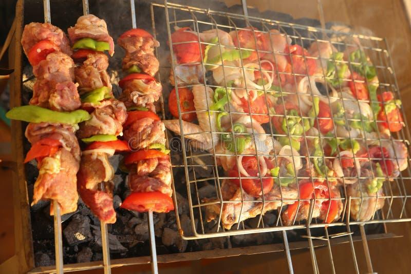 烤在烤肉格栅的鸡 免版税库存照片