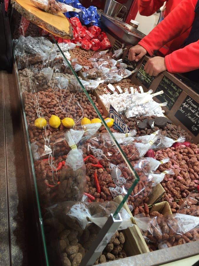 烤坚果供营商在德国圣诞节市场上 库存照片