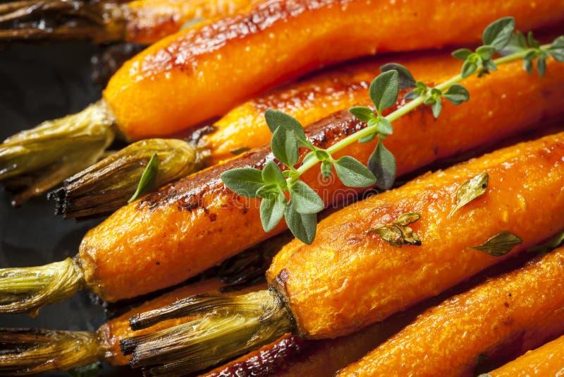 烤嫩胡萝卜用麝香草 库存照片