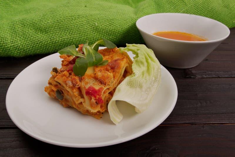 烤宽面条用在桌上的花椰菜 免版税图库摄影