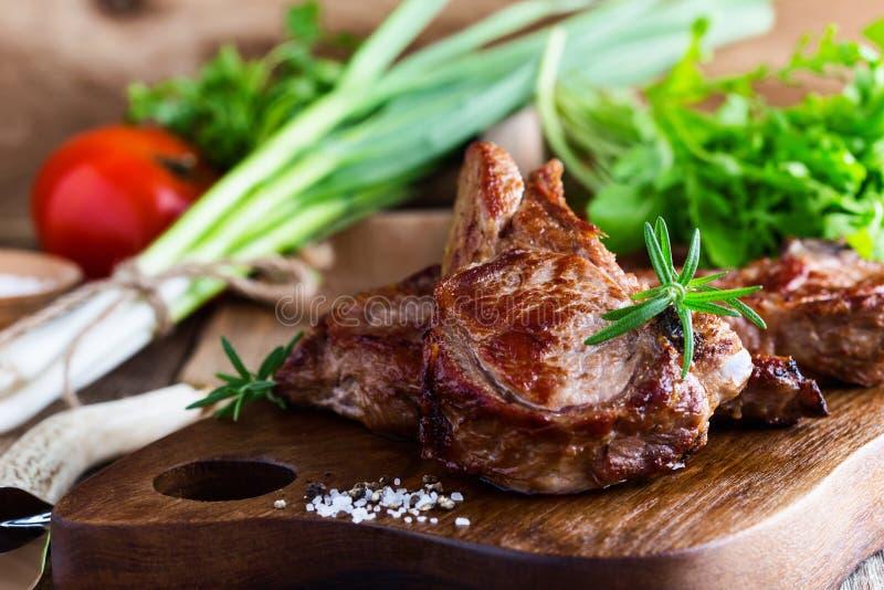 烤小牛肉剁用草本 库存图片