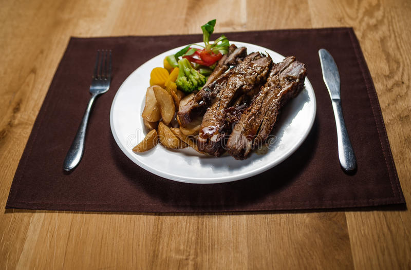 烤小牛肉用土豆 免版税图库摄影