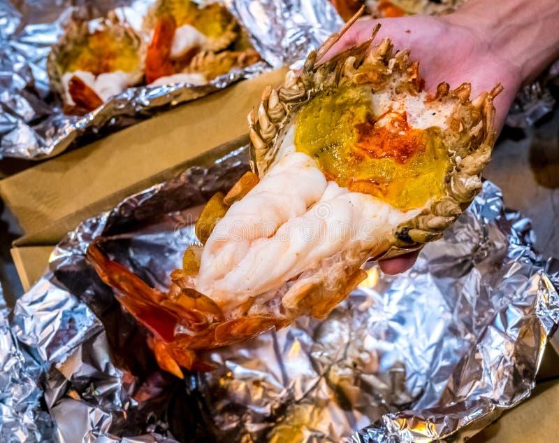 烤巨型河虾或大虾在铝芯与选择聚焦 游人的一份建议使用的菜单 图库摄影