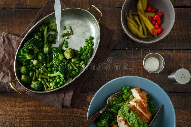 烤扁豆,抱子甘蓝,绿豆,鸡breas 库存图片