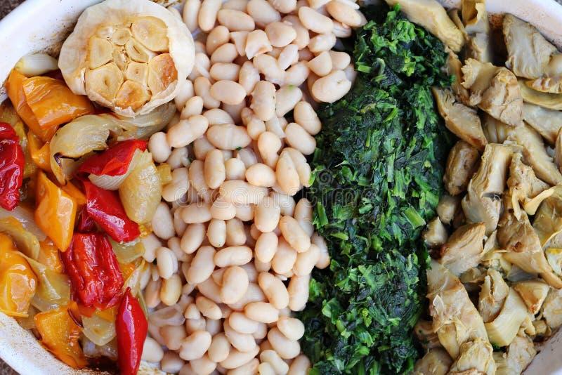 烤朝鲜蓟、葱、胡椒、大蒜和菠菜 免版税库存照片