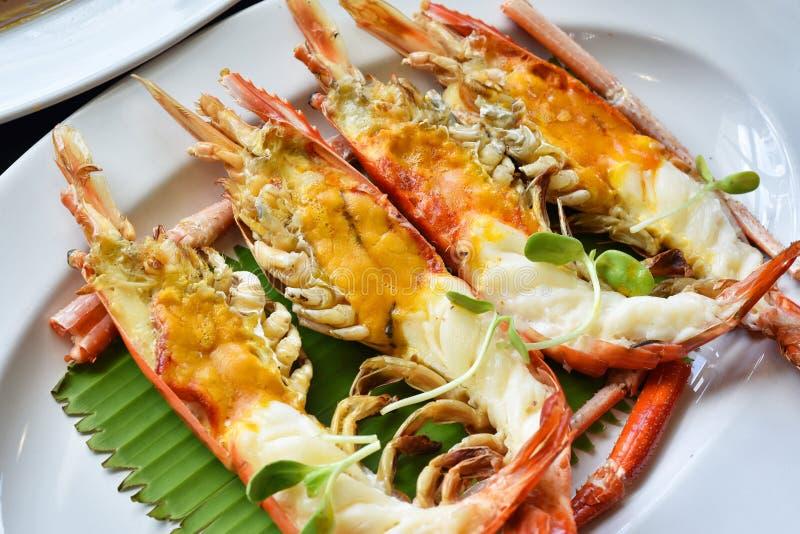 烤河虾用顶头油黄油,淡水巨型大虾烤了 免版税库存图片