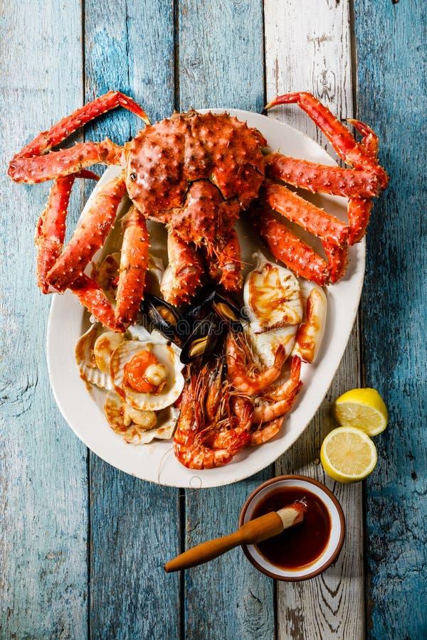烤海鲜分类了盛肉盘-螃蟹,虾,蛤蜊 免版税库存照片