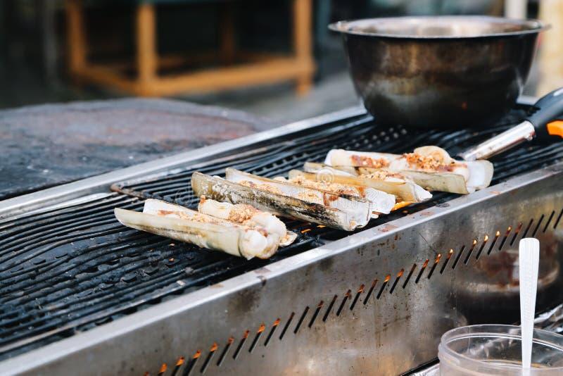 烤海鲜剃刀壳在Jonker街夜市场上在马六甲,马来西亚 免版税库存图片