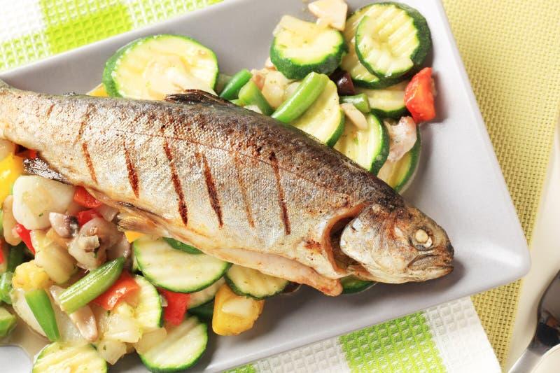 烤混杂的鳟鱼蔬菜 免版税图库摄影