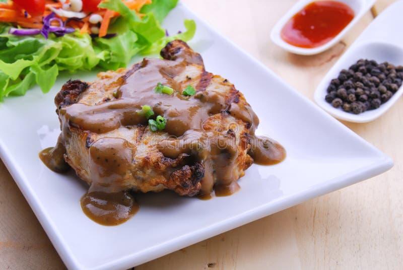 烤牛排、猪肉用胡椒小汤和菜沙拉 库存图片