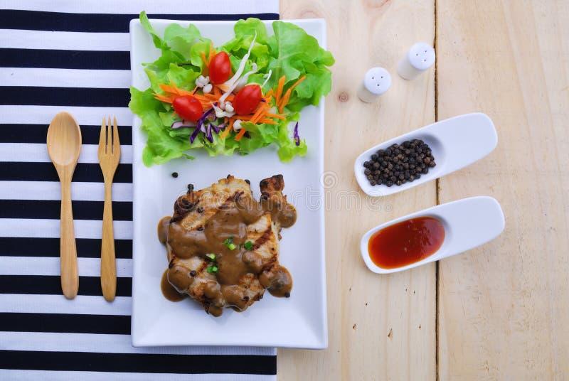 烤牛排、猪肉用胡椒小汤和菜沙拉 免版税库存照片