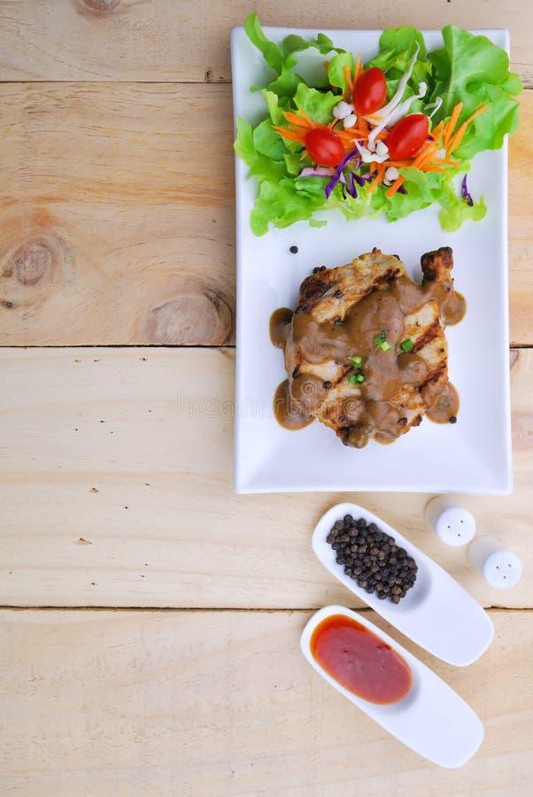 烤牛排、猪肉用胡椒小汤和菜沙拉 图库摄影