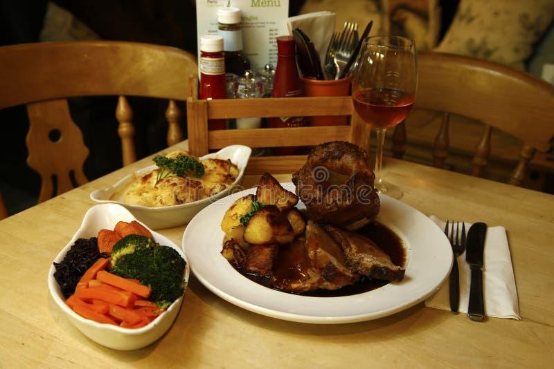 烤牛肉服务用花椰菜乳酪、混杂的新鲜蔬菜盘&小汤 库存图片