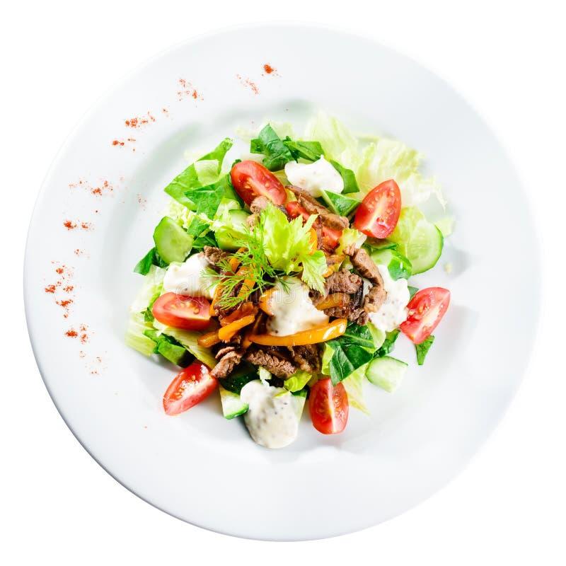 烤牛肉沙拉用蕃茄、黄瓜、希腊白软干酪和peppe 库存图片