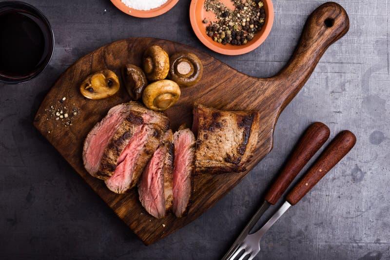 烤牛肉牛排用蘑菇 免版税库存照片