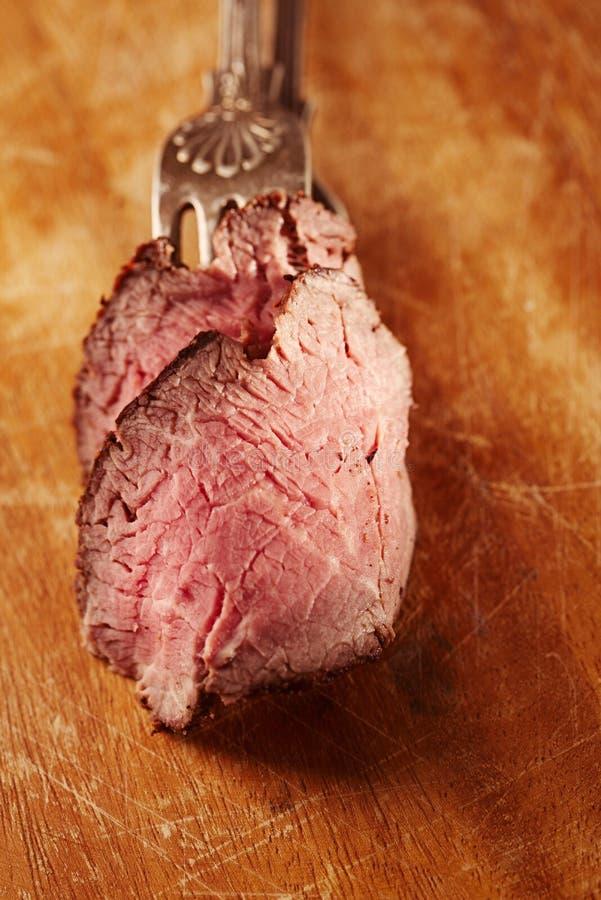 烤牛肉牛排,完全煮熟和烤的sous vide 免版税库存照片