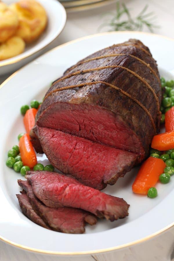 烤牛肉用约克夏布丁 免版税库存照片