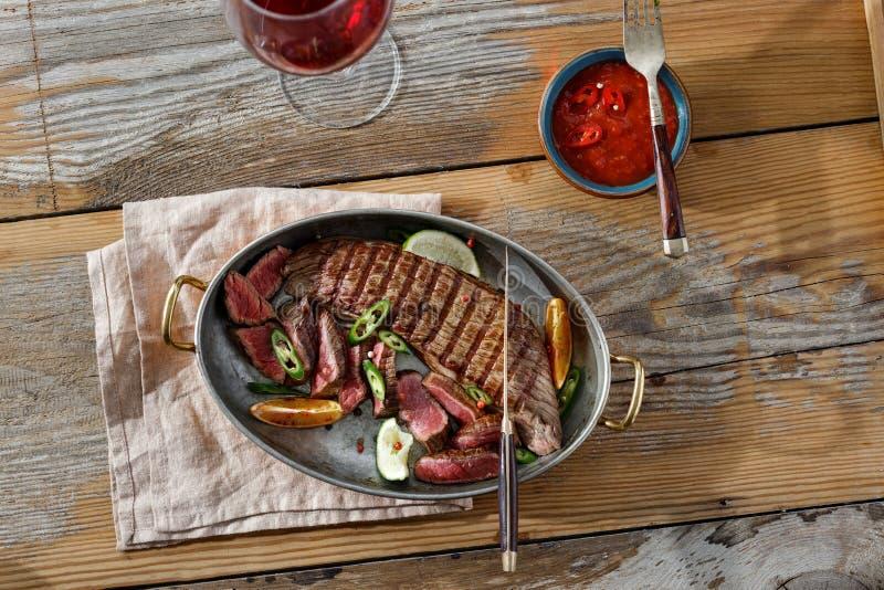 烤牛肉肉平底锅桌调味汁红葡萄酒顶视图 库存照片
