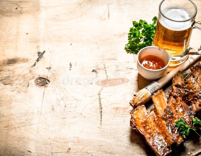 烤猪排用西红柿酱和啤酒 库存图片