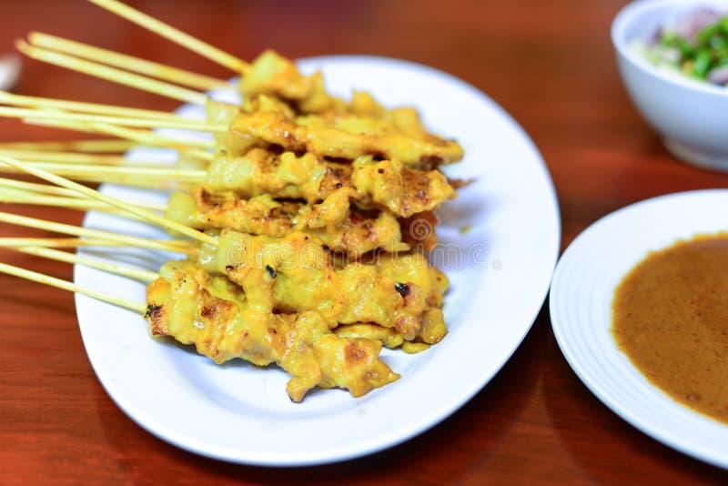 烤猪肉供食用花生调味汁或糖醋调味汁(p 库存图片