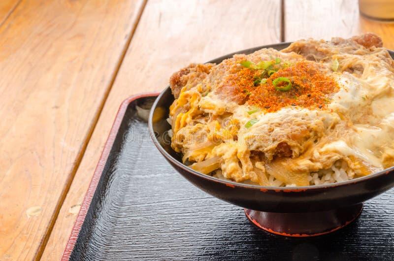 烤猪肉饭碗午餐时间的Kutsu唐 库存照片