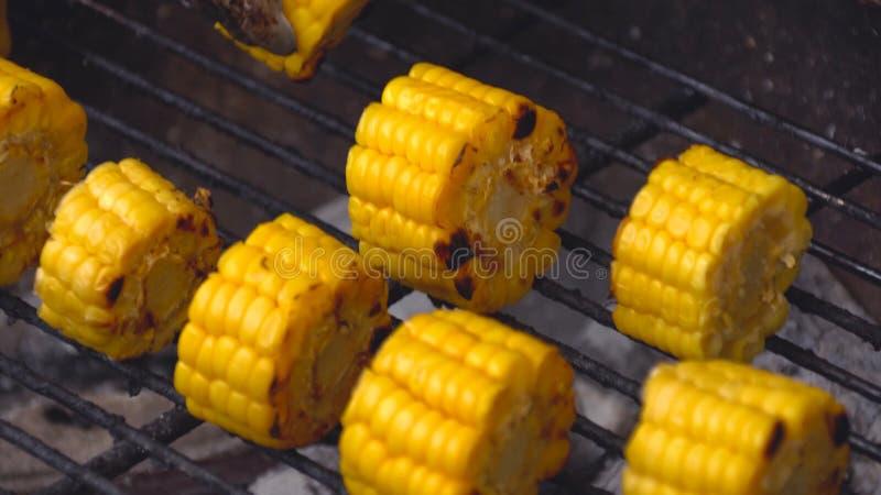 烤玉米,菜烤了在热炉的玉米 玉米切开了成小片断 玉米在煤炭被烤 库存照片