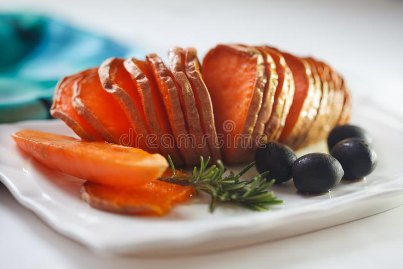 烤白薯用迷迭香和橄榄 库存图片
