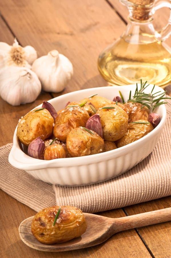 烤的大蒜土豆 库存照片