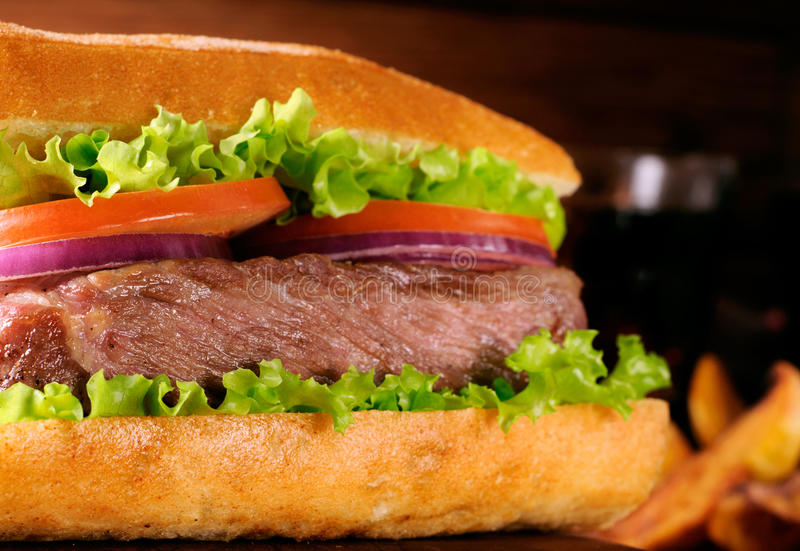 烤的大水多的汉堡紧密  库存照片