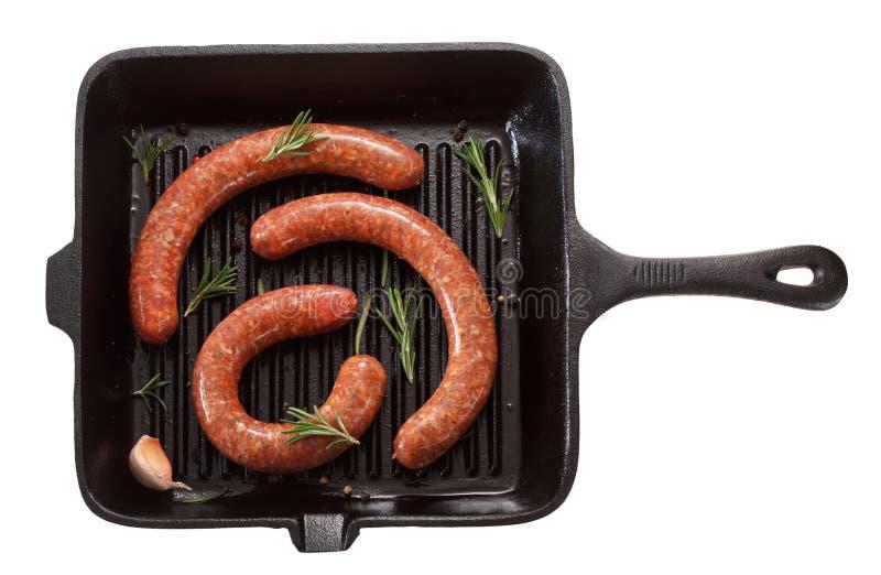 烤的未加工的自创香肠在平底锅 查出在白色 免版税库存图片