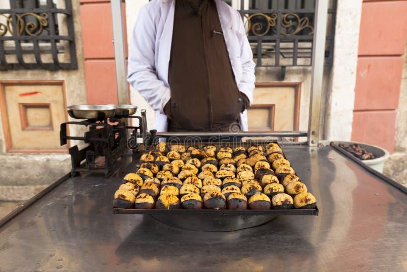 烤的栗子,摊贩在伊斯坦布尔 免版税图库摄影