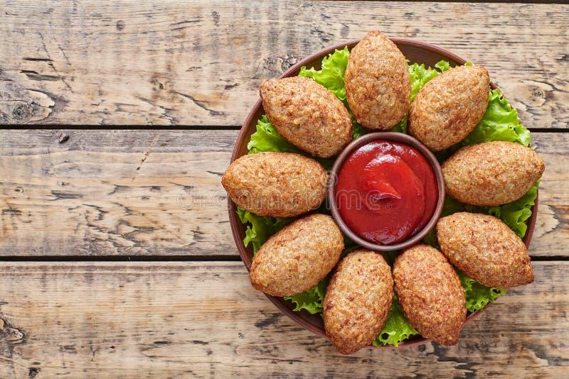 烤的Kibbeh传统中东自创牛肉、羊羔、山羊或者骆驼肉被充塞的碾碎干小麦kofta辣丸子 免版税库存图片