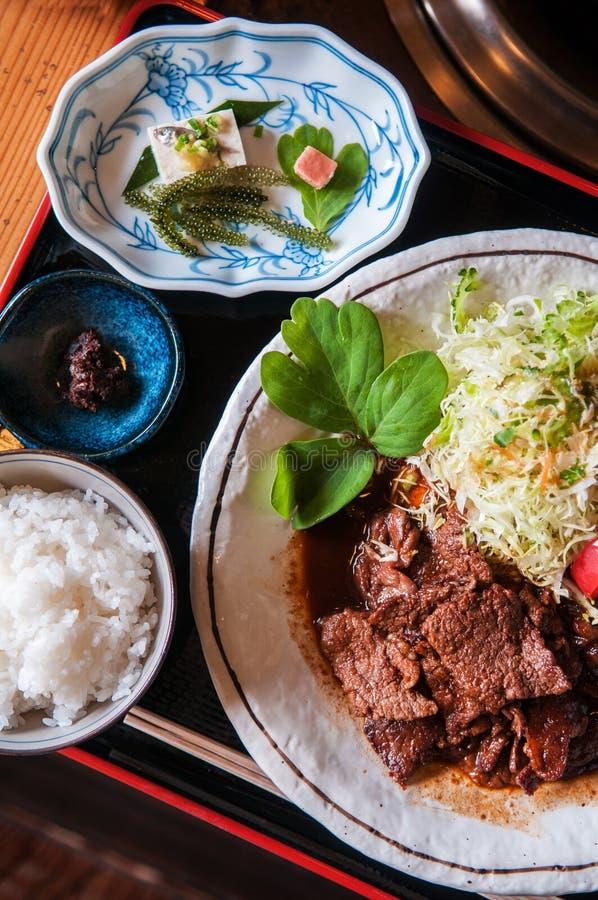 烤石垣牛肉优质wagyu A5用沙拉、米和海 免版税库存图片