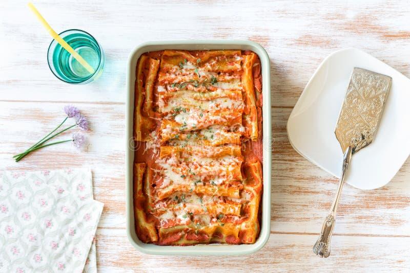 烤碎肉卷子有菠菜和乳清干酪顶视图 库存照片