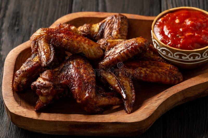 烤箱有蕃茄垂度的烤鸡翼 图库摄影