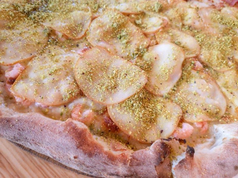 烤箱火腿比萨 自创比萨在一个石大盘子服务 库存图片