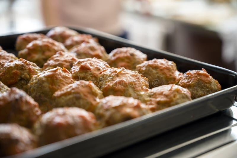 烤箱烘烤了在一个烤板计划的丸子身体每天需要的一个优秀蛋白质来源 免版税库存照片