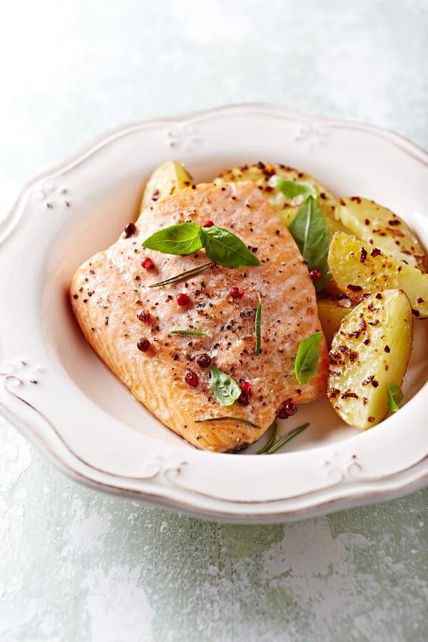 烤箱烤三文鱼内圆角用被烘烤的土豆 库存照片