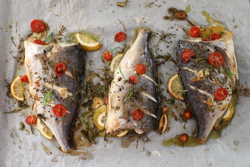 烤箱烤了在平底锅的海鲷鱼晒干用地中海香料 免版税库存图片