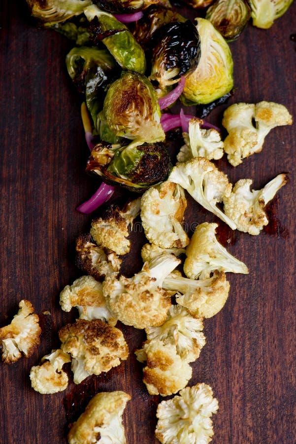 烤箱烤抱子甘蓝和花椰菜 免版税库存图片