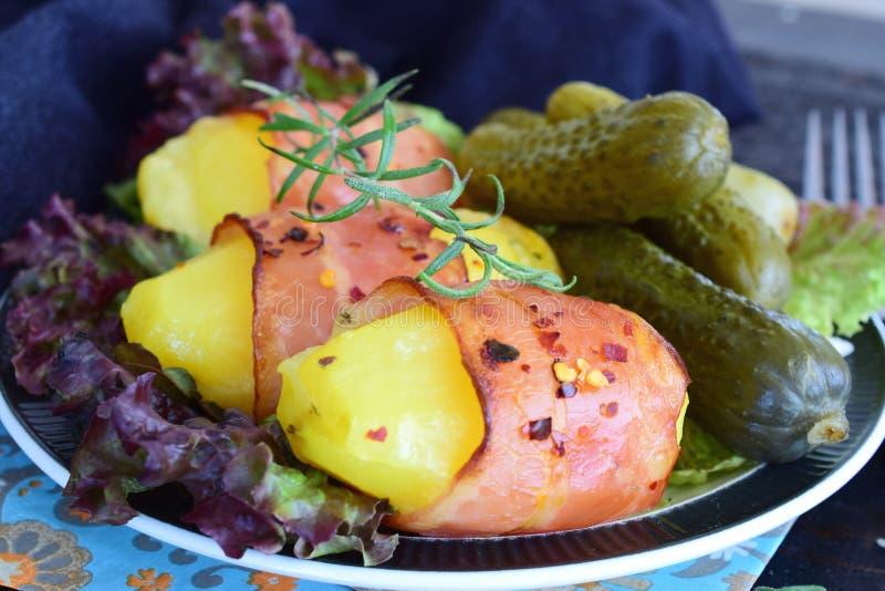 烤箱煮熟的土豆用在烟肉包裹的乳酪 免版税库存图片