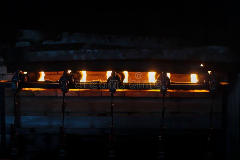 烤箱燃烧的伪造的火,瓷陶瓷 库存图片