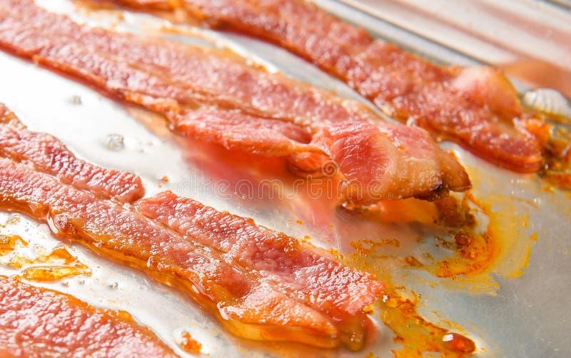 烤箱被烘烤的烟肉 库存图片