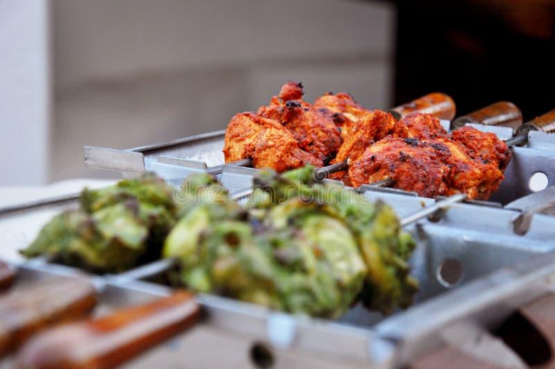 烤红色和绿色鸡 免版税图库摄影