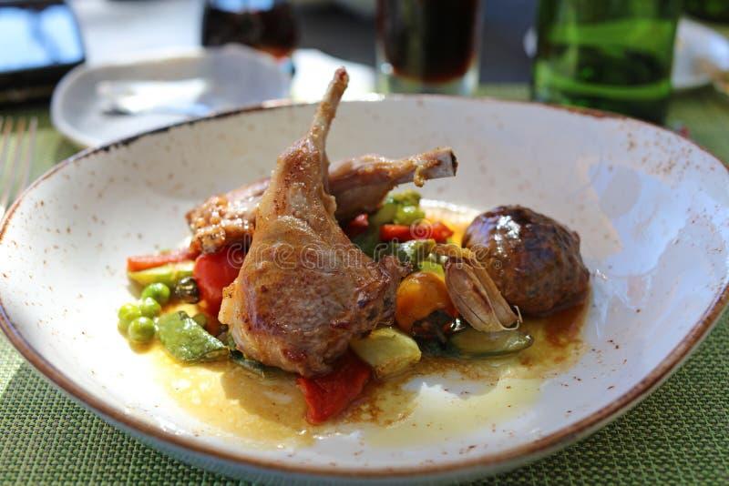 烤羊羔用panisse和紫色芥末保险费,豪华膳食独特的烹调砍在VIP美食术餐馆 免版税库存图片