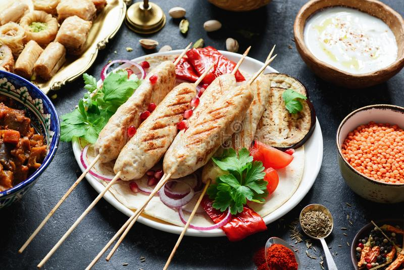 烤肉串、肉串或者shashlik服务与烤菜 库存照片