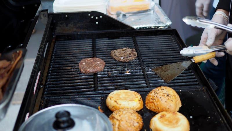 烤肉在一个高温废气火炉的汉堡牛肉的准备 库存图片