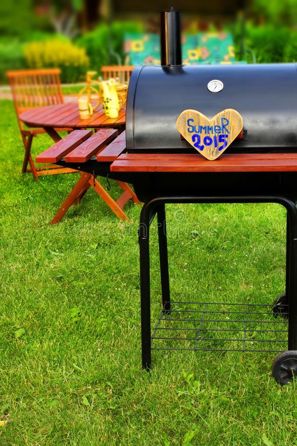 烤肉在后院的党场面 免版税库存图片