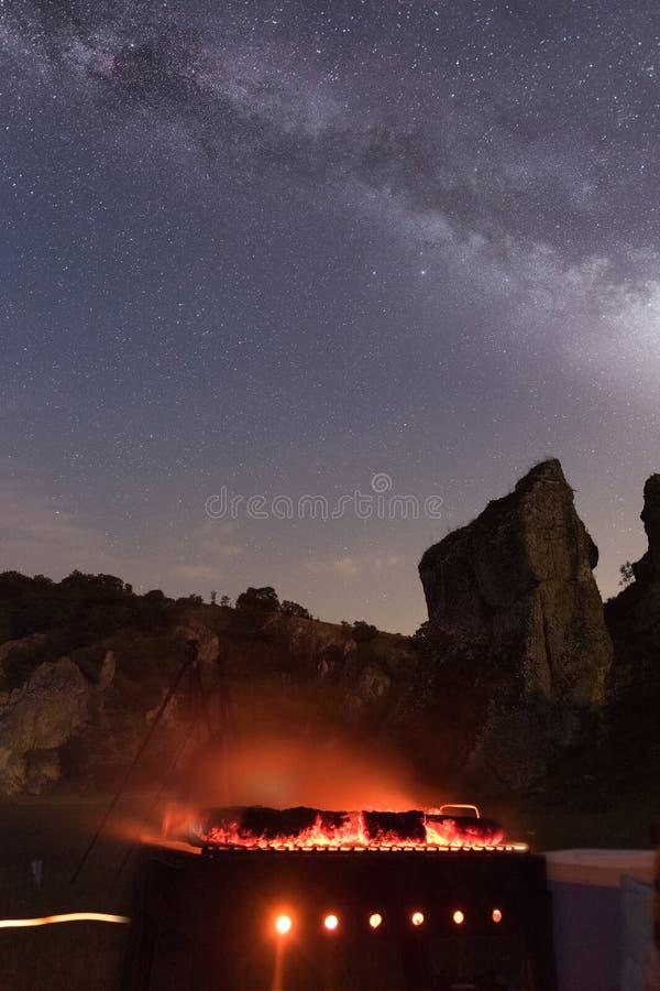 烤肉在夜空下 免版税库存图片