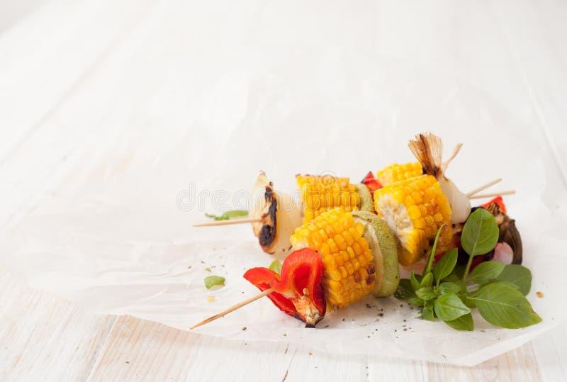 烤肉在烤肉格栅的被烘烤的菜 库存图片